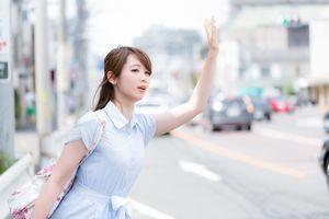 タクシーに手を挙げる